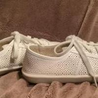 Cute white flat sneaker for sale in Lamoure County ND by Garage Sale Showcase member Meckmann, posted 01/02/2021